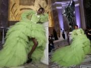 Vải từ chiếc váy này đủ phủ kín tháp Eiffel!