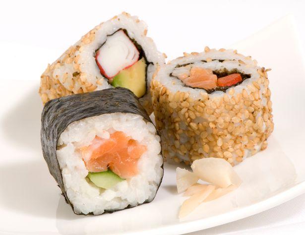 Sán dãy trường như rắn làm tổ trong suốt lòng người hích ăn sushi - 3