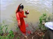 Bạn trẻ - Cuộc sống - Rước dâu trên sông, cô dâu chú rể bị lật xuồng ướt sũng