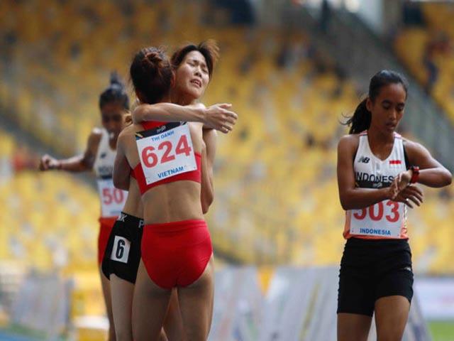 Hình ảnh thể thao Việt Nam đẹp nhất 2017: Người đẹp dìu đồng đội ngã quỵ