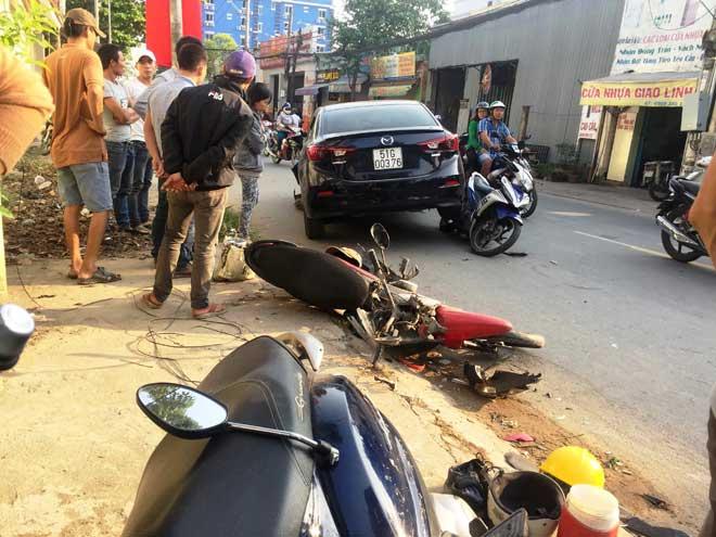"""""""Xế hộp"""" đại náo trên phố Sài Gòn, xe máy văng tứ tung - 1"""