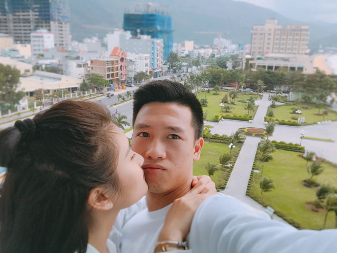 Bất ngờ về bạn gái đẹp như minh tinh của tiền vệ Huy Hùng - 3