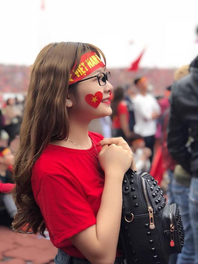 Đi xem U23 Việt Nam đá, cô gái trẻ bất ngờ nổi tiếng vì quá xinh - 1