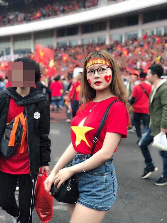 Đi xem U23 Việt Nam đá, cô gái trẻ bất ngờ nổi tiếng vì quá xinh - 3