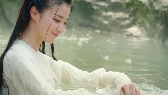 """Cảnh tắm của Liễu Tích Âm (Vương Sở Nhiên đóng) trong phim  """" Tướng quân ở trên, ta ở dưới """"  nhận được cơn mưa lời khen của khán giả."""