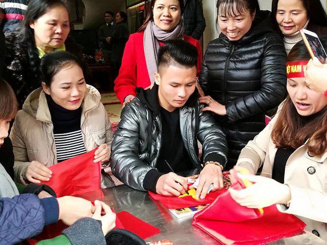 Tiết lộ bất ngờ về món quà Quang Hải tặng bố mẹ khi về thăm nhà - 2