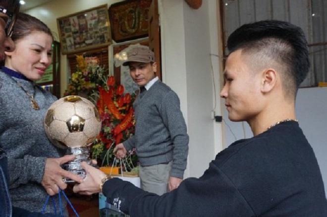 Tiết lộ bất ngờ về món quà Quang Hải tặng bố mẹ khi về thăm nhà - 1