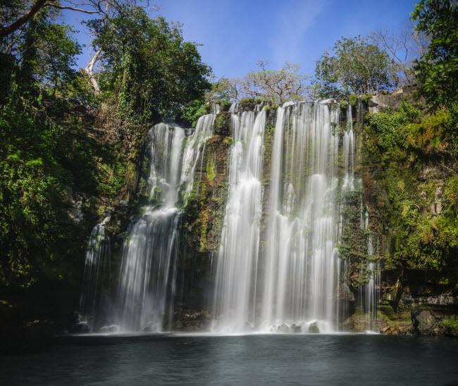 Ánh mặt trời chiếu xuống thác nước bạc trắng ở Guanacaste, Costa Rica.