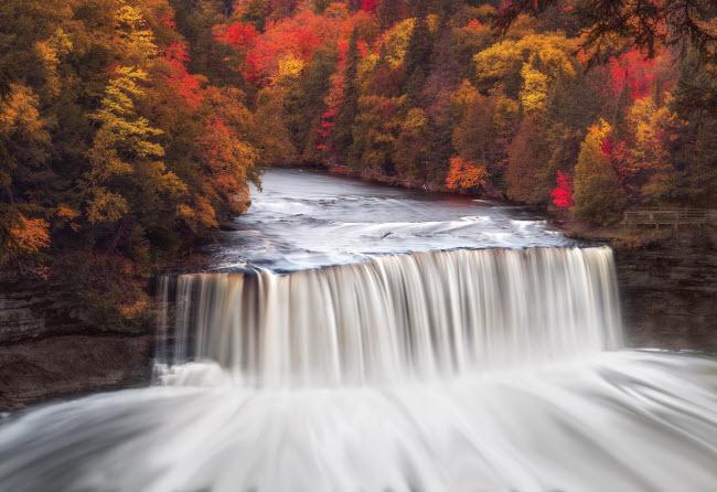 Thác Upper Tahquamenon nằm trong vườn quốc gia Tahquamenon ở bang Michigan, Mỹ. Phần lớn của khu bảo tồn thiên nhiên là rừng và không có đường mòn, công trình xây dựng hay lưới điện.