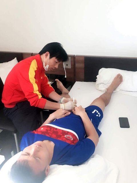 Bác sĩ đội tuyển U23 lần đầu tiết lộ hình ảnh chăm sóc các 'cầu thủ vàng' - 4