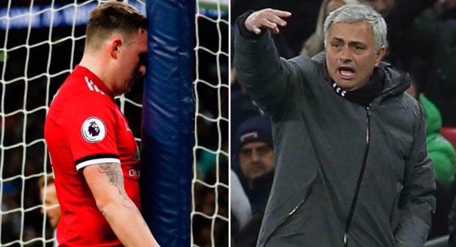 """MU gục ngã: Mourinho nổi điên với hàng thủ, vẫn khen """"thảm họa"""" Sanchez - 1"""