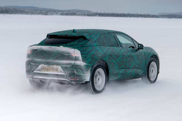 Jaguar I-Pace vận hành ở địa hình băng tuyết - 2