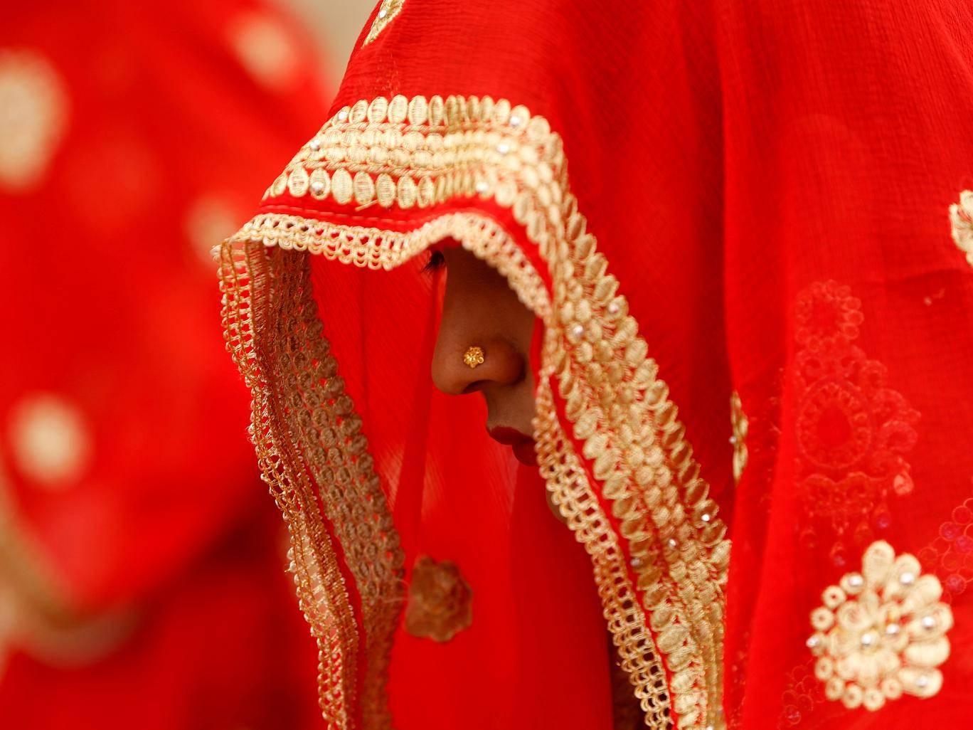 Ấn Độ: Chú rể kiểm tra trinh tiết cô dâu, hội đồng làng ngồi ngoài chờ - 1