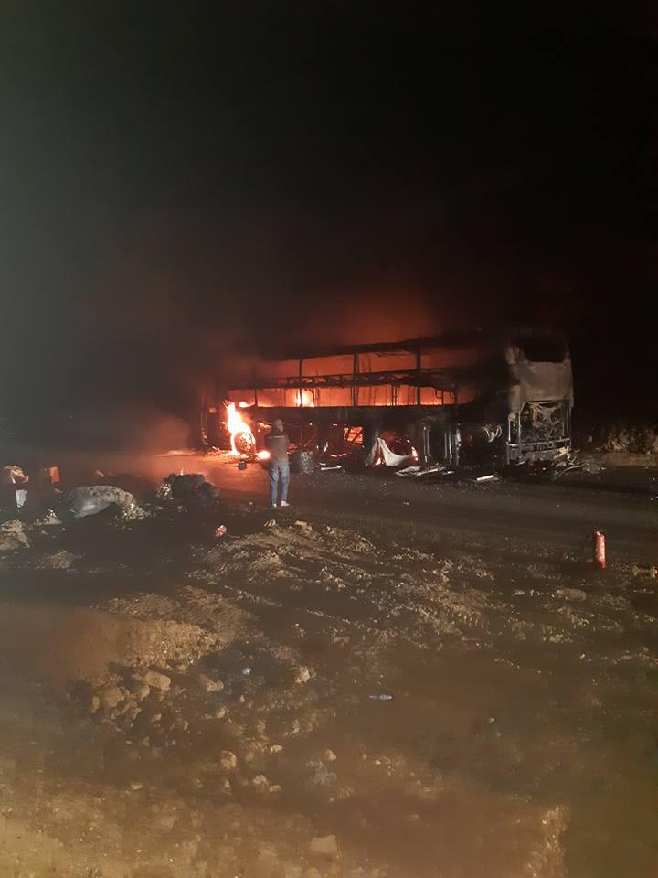 Xe giường nằm bốc cháy dữ dội trong đêm, gần 40 hành khách kêu gào - 1