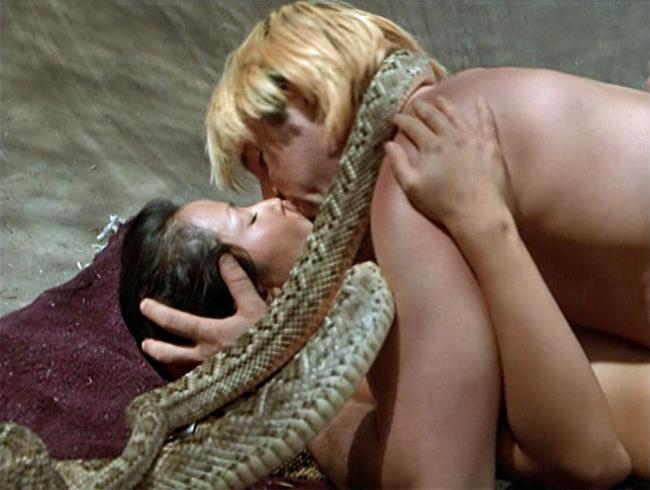 Trong phim Flypaper, nữ diễn viên khỏa thân đóng cùng nam diễn viên Craig Sheffer.