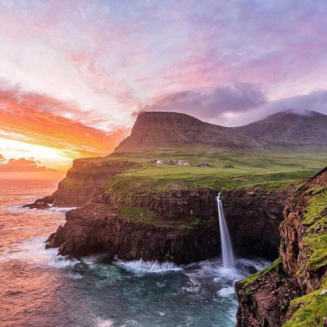 Gásadalur, Đan Mạch: Ngôi làng nằm tại một thung lũng đẹp giữa các vách núi cao nhất trên đảo Vagar thuộc quần đảo Faroe. Dân số của ngôi làng vào năm 2002 chỉ là 16 người. Vào năm 2004, một đường hầm đặc biệt được xây dựng giúp việc di chuyển dễ dàng và từ đó du lịch ở đây bắt đầu phát triển.