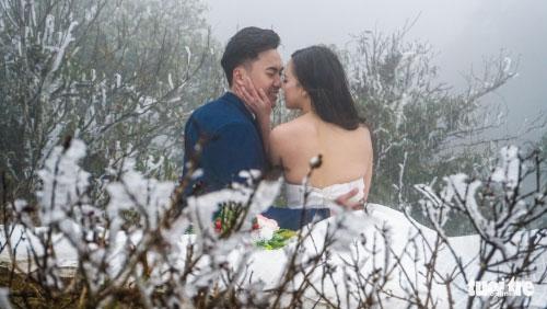 Cô dâu lưng trần chụp ảnh cưới dưới trời băng tuyết Sa Pa - 3