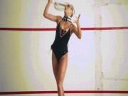 """Đệ nhất siêu mẫu phồn thực mặc áo tắm làm  ' nóng """"  sàn tennis"""