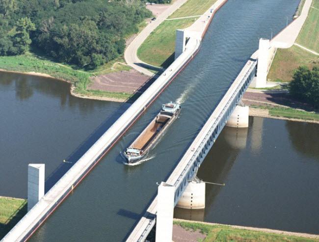 Bắc qua sông nhưng chính cây cầu này lại như một con sông trên cao - 2