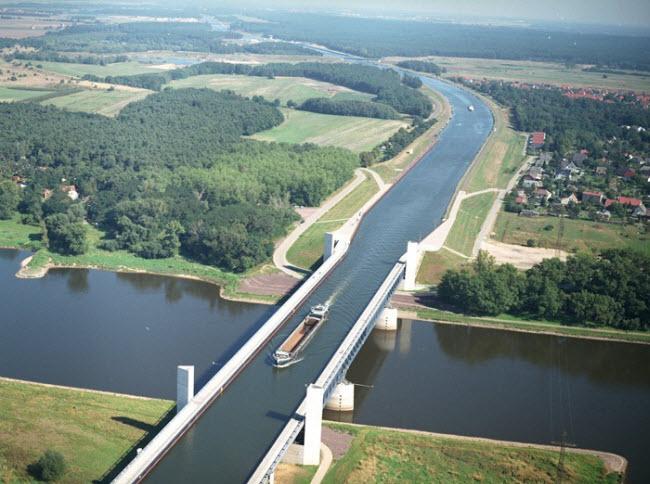 Bắc qua sông nhưng chính cây cầu này lại như một con sông trên cao - 1