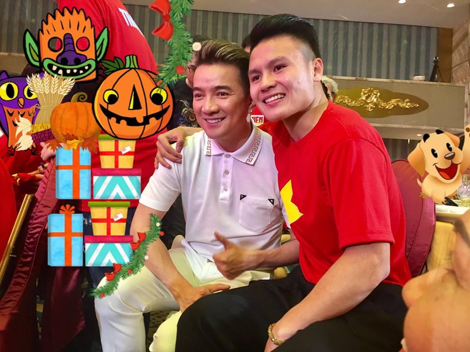 """Đàm Vĩnh Hưng xin chữ ký cầu thủ U23 vào chiếc áo """"độc nhất vô nhị"""" - 5"""