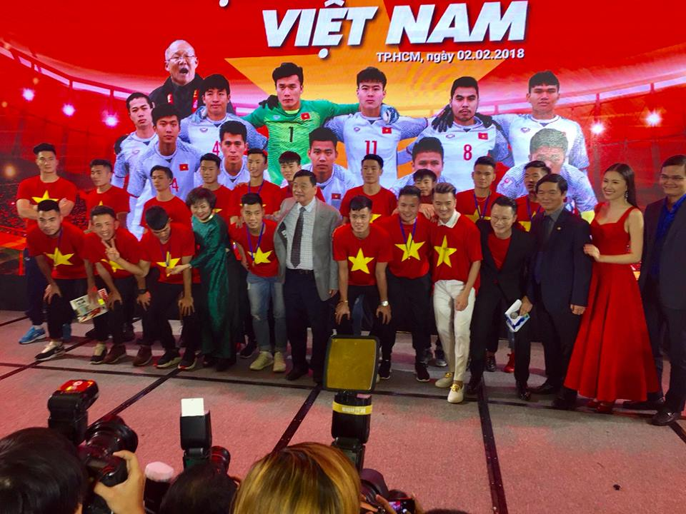 """Đàm Vĩnh Hưng xin chữ ký cầu thủ U23 vào chiếc áo """"độc nhất vô nhị"""" - 9"""