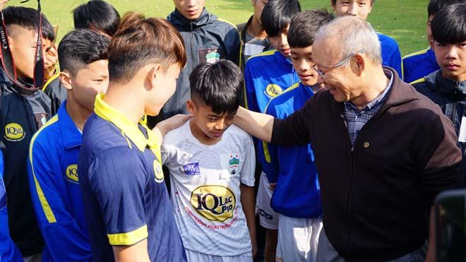 2 điều thầy Park dặn học viên nhí ở Học viện bóng đá HAGL - 1