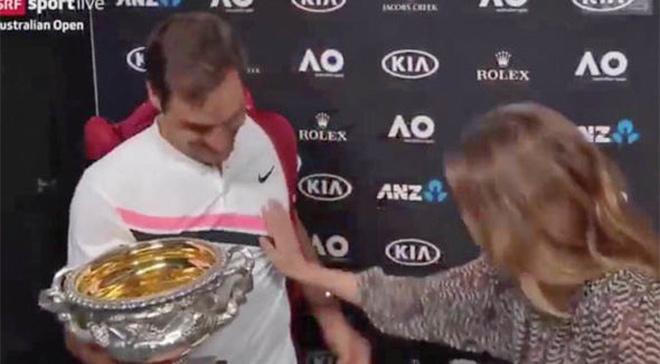 """Federer vô địch 20 Grand Slam ngớ người: Bị nữ nhà báo """"sàm sỡ"""" - 1"""