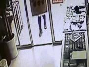 Thế giới - TQ: Mẹ ngồi xổm đẻ con trên phố rồi bỏ vào thùng rác