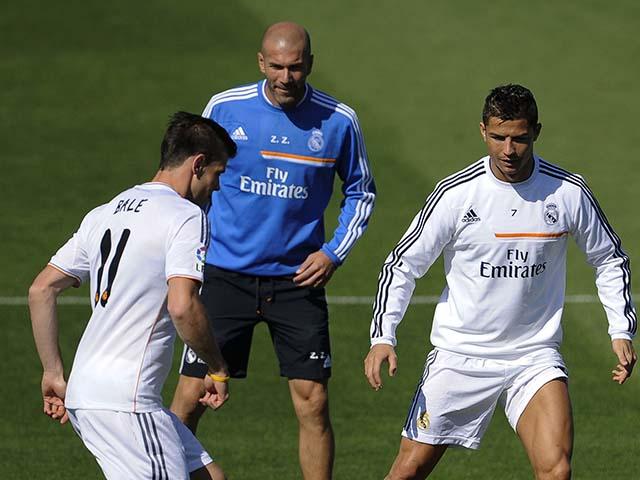 """Real xuống dốc, Zidane bất ngờ """"công kích"""" Ronaldo, bênh vực Bale"""