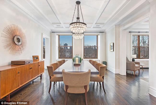 Phòng ăn tối được trang trí theo phong cách đơn giản nhưng nổi bật với những điểm nhấn tinh tế như chiếc đèn chùm, cây xanh trên bàn.