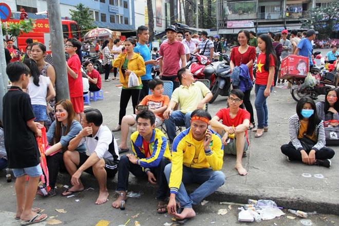 Vượt sông, người hâm mộ lên Sài Gòn giao lưu U23 VN - 5