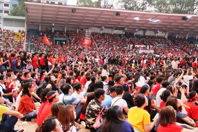 Vượt sông, người hâm mộ lên Sài Gòn giao lưu U23 VN - 1