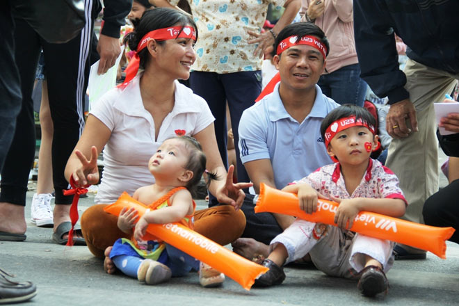 Vượt sông, người hâm mộ lên Sài Gòn giao lưu U23 VN - 4