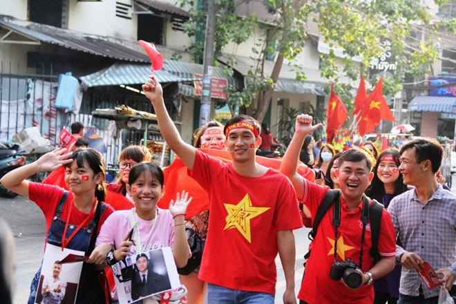 Vượt sông, người hâm mộ lên Sài Gòn giao lưu U23 VN - 10