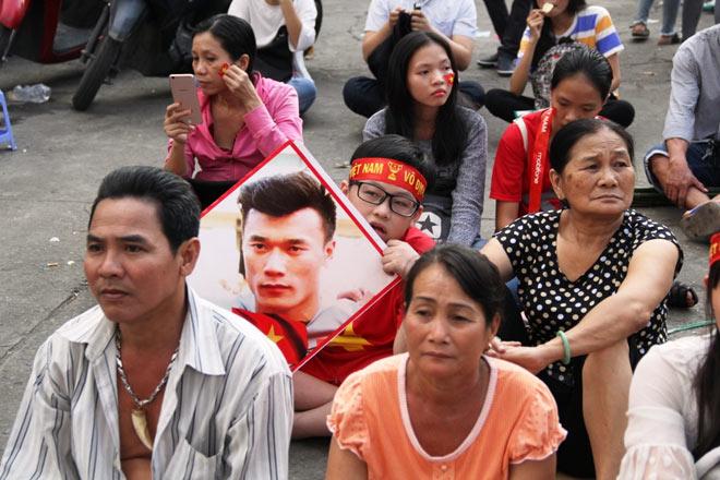 Vượt sông, người hâm mộ lên Sài Gòn giao lưu U23 VN - 8