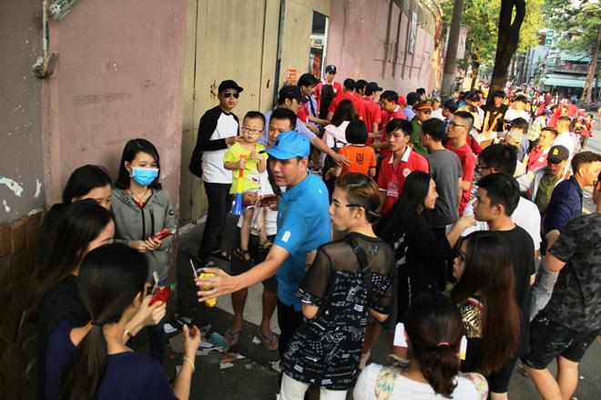 Vượt sông, người hâm mộ lên Sài Gòn giao lưu U23 VN - 11