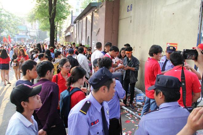 Vượt sông, người hâm mộ lên Sài Gòn giao lưu U23 VN - 12