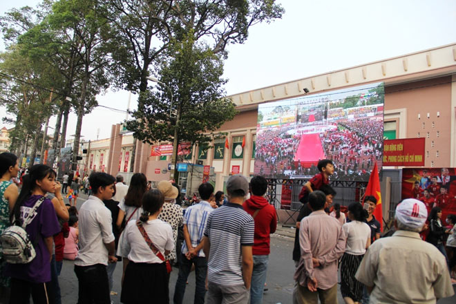 Vượt sông, người hâm mộ lên Sài Gòn giao lưu U23 VN - 7