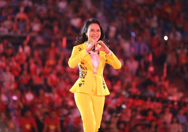 Mỹ Tâm thoa son ngữ Hồng Duy U23 Việt Nam trên sàn diễn - 2