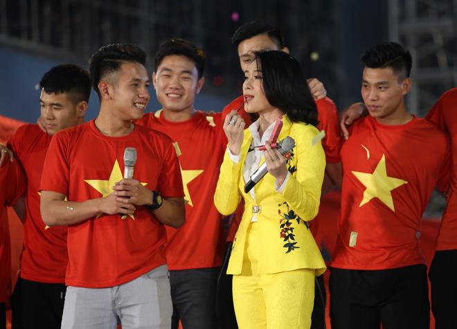 Mỹ Tâm thoa son ngữ Hồng Duy U23 Việt Nam trên sàn diễn - 9