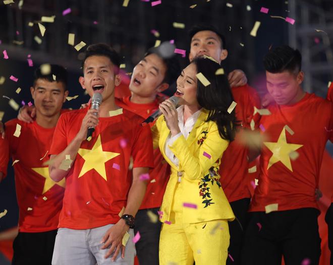 Mỹ Tâm thoa son ngữ Hồng Duy U23 Việt Nam trên sàn diễn - 6