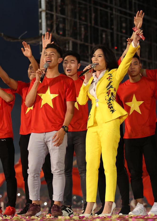 Mỹ Tâm thoa son ngữ Hồng Duy U23 Việt Nam trên sàn diễn - 7