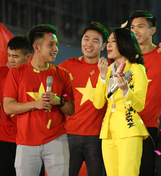 Mỹ Tâm thoa son ngữ Hồng Duy U23 Việt Nam trên sàn diễn - 8