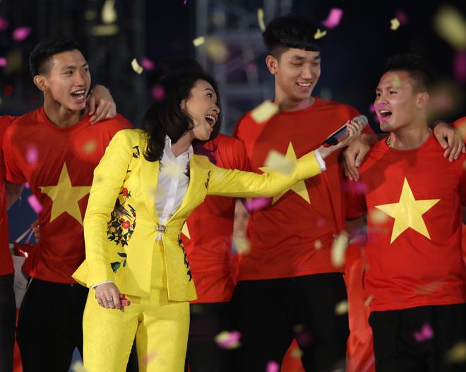Mỹ Tâm thoa son ngữ Hồng Duy U23 Việt Nam trên sàn diễn - 4