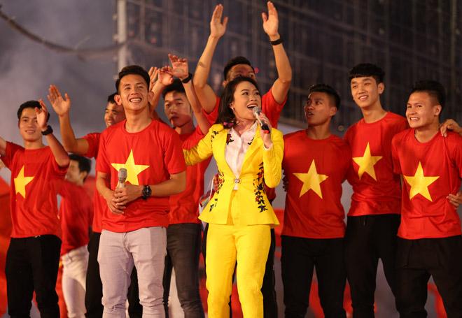 Mỹ Tâm thoa son ngữ Hồng Duy U23 Việt Nam trên sàn diễn - 3