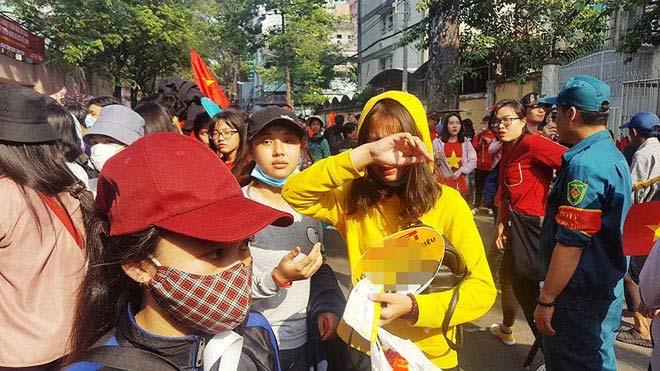Nhiều người bị móc túi khi chờ được gặp U-23 Việt Nam - 1