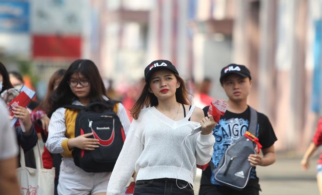 """Sân Thống Nhất phủ sắc đỏ vì U23 Việt Nam: Fan nữ xinh """"cháy"""" hết mình - 8"""