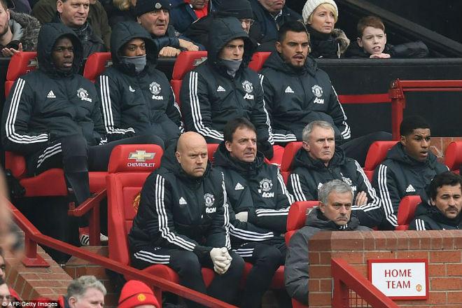 Sanchez thăng hoa, Mourinho xử phũ: Pogba ngoan ngoãn quy hàng - 1
