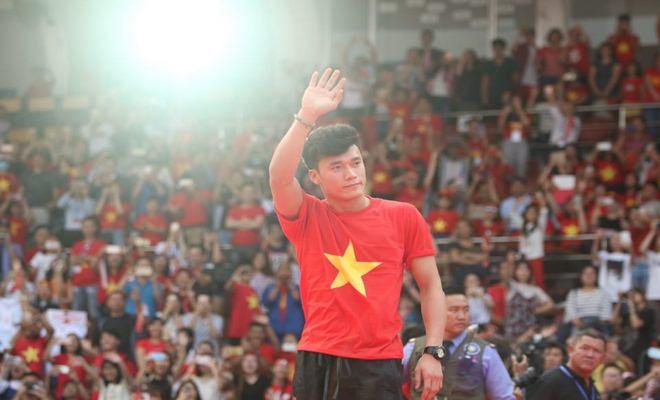 """U23 Việt Nam """"mở hội"""" tại TP HCM: Công Phượng tặng quà Mỹ Tâm, CĐV ngây ngất - 13"""